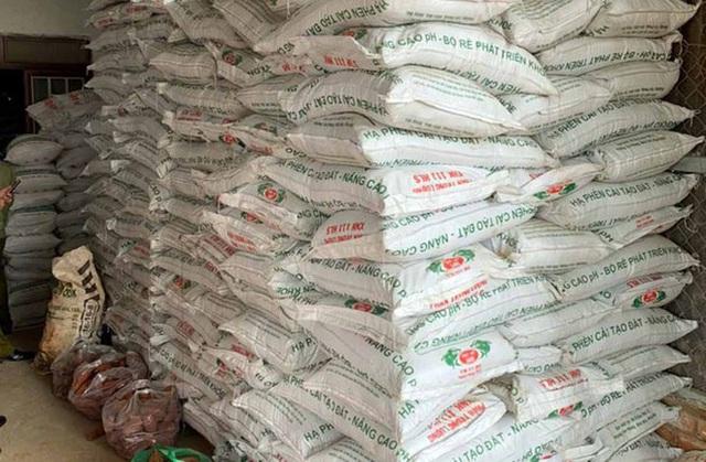 Phát hiện 40 tấn phân bón giả sản xuất bằng đất, bột đá - Ảnh 1.