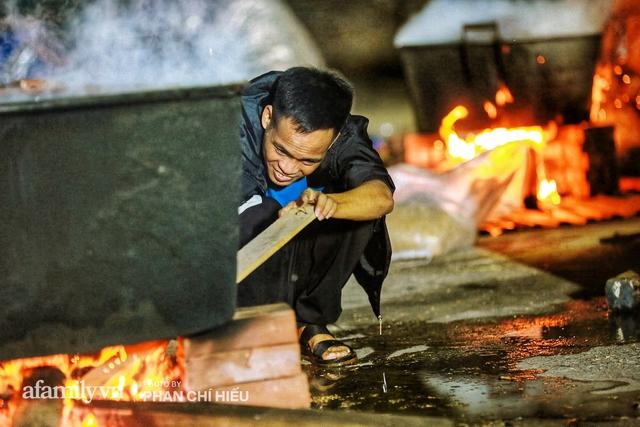 Trắng đêm nổi lửa vì miền Trung ruột thịt: Cả xã huy động hết những chiếc nồi lớn nhất vùng, không ngủ nấu hàng nghìn chiếc bánh chưng mang lên chuyến xe cứu trợ thần tốc! - Ảnh 14.