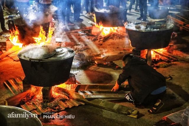 Trắng đêm nổi lửa vì miền Trung ruột thịt: Cả xã huy động hết những chiếc nồi lớn nhất vùng, không ngủ nấu hàng nghìn chiếc bánh chưng mang lên chuyến xe cứu trợ thần tốc! - Ảnh 15.