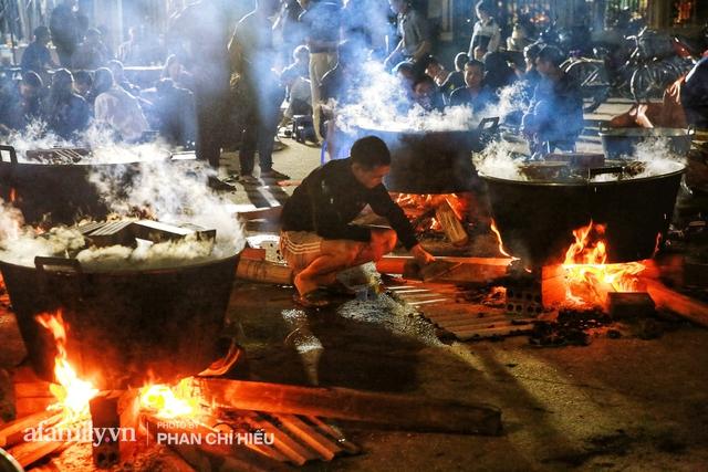 Trắng đêm nổi lửa vì miền Trung ruột thịt: Cả xã huy động hết những chiếc nồi lớn nhất vùng, không ngủ nấu hàng nghìn chiếc bánh chưng mang lên chuyến xe cứu trợ thần tốc! - Ảnh 16.