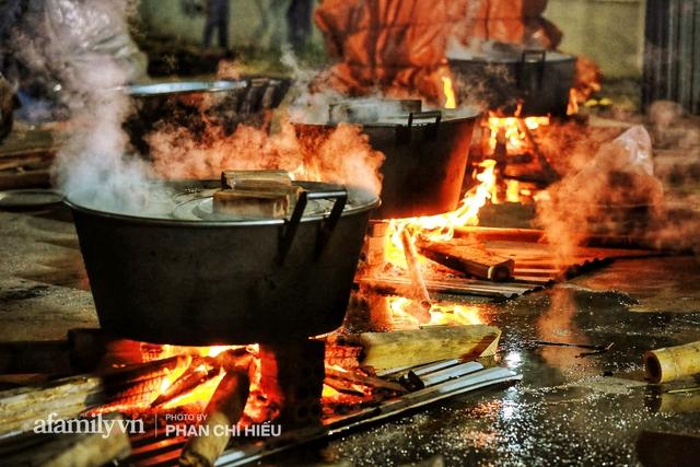 Trắng đêm nổi lửa vì miền Trung ruột thịt: Cả xã huy động hết những chiếc nồi lớn nhất vùng, không ngủ nấu hàng nghìn chiếc bánh chưng mang lên chuyến xe cứu trợ thần tốc! - Ảnh 17.
