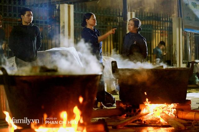 Trắng đêm nổi lửa vì miền Trung ruột thịt: Cả xã huy động hết những chiếc nồi lớn nhất vùng, không ngủ nấu hàng nghìn chiếc bánh chưng mang lên chuyến xe cứu trợ thần tốc! - Ảnh 18.