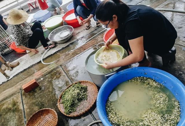 """Người Sài Gòn trắng đêm gói 5.000 bánh chưng, bánh tét gửi bà con vùng lũ, tiếp sức cho """"khúc ruột"""" miền Trung - Ảnh 6."""
