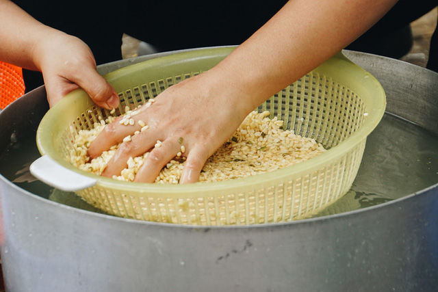 """Người Sài Gòn trắng đêm gói 5.000 bánh chưng, bánh tét gửi bà con vùng lũ, tiếp sức cho """"khúc ruột"""" miền Trung - Ảnh 7."""