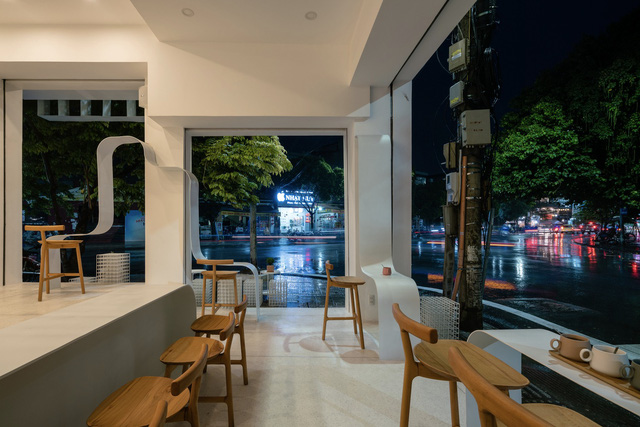 Công trình vừa là nhà cho 7 người ở, vừa là quán cà phê trên mảnh đất 35 m2 ở Huế - Ảnh 2.