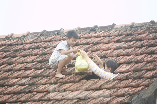 Sống trên nóc nhà, người dân Quảng Bình khắc khoải chờ lũ rút - Ảnh 1.