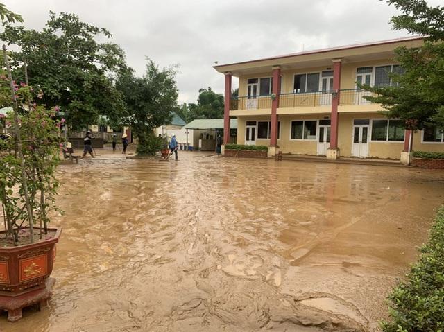 [Ảnh] Nước lũ rút, các trường học vùng lũ Quảng Bình đối đầu với cuộc chiến mới - Ảnh 2.