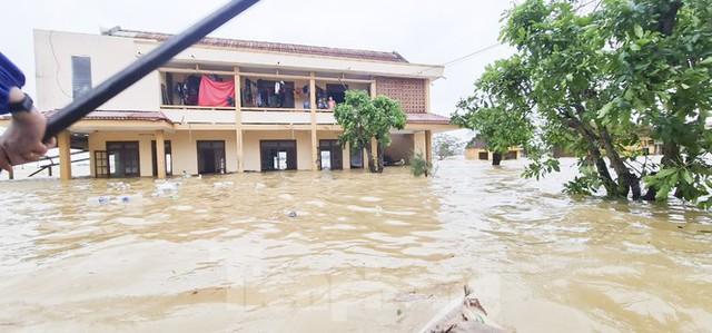 Sống trên nóc nhà, người dân Quảng Bình khắc khoải chờ lũ rút - Ảnh 11.