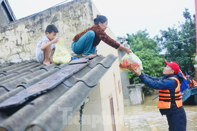 Sống trên nóc nhà, người dân Quảng Bình khắc khoải chờ lũ rút - Ảnh 3.