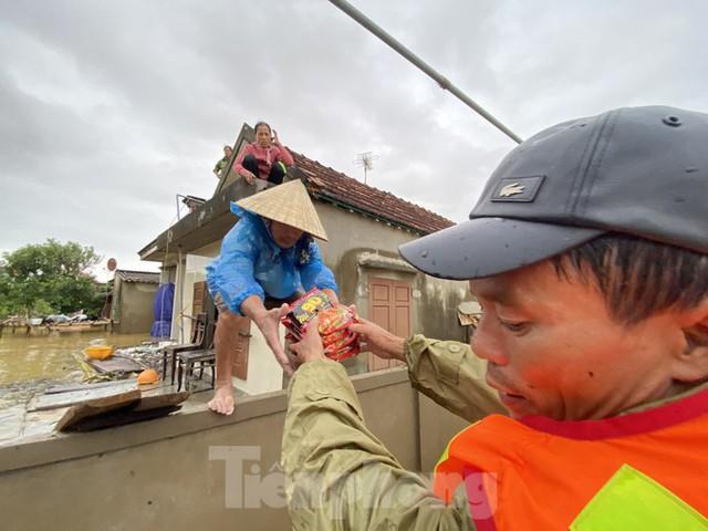 Sống trên nóc nhà, người dân Quảng Bình khắc khoải chờ lũ rút - Ảnh 4.