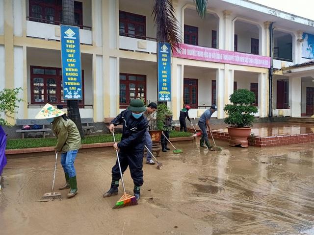 [Ảnh] Nước lũ rút, các trường học vùng lũ Quảng Bình đối đầu với cuộc chiến mới - Ảnh 4.