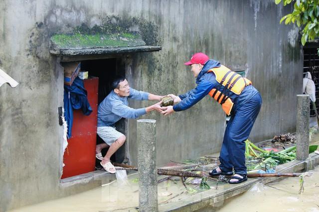 Sống trên nóc nhà, người dân Quảng Bình khắc khoải chờ lũ rút - Ảnh 5.