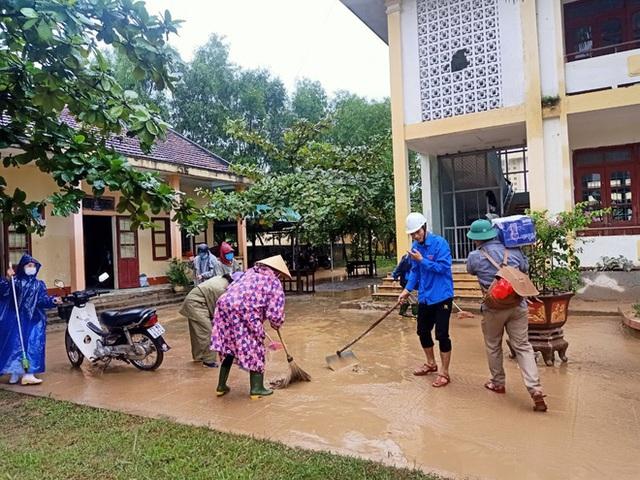 [Ảnh] Nước lũ rút, các trường học vùng lũ Quảng Bình đối đầu với cuộc chiến mới - Ảnh 5.
