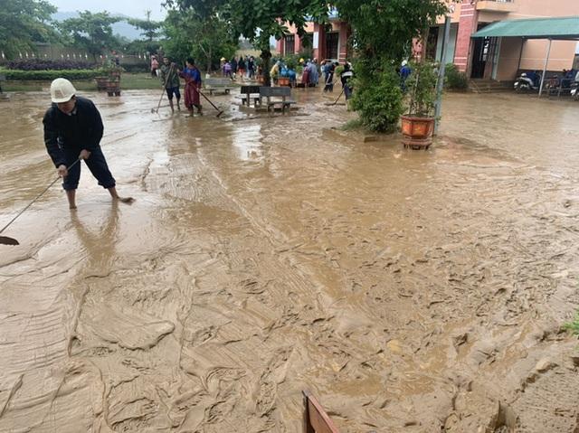 [Ảnh] Nước lũ rút, các trường học vùng lũ Quảng Bình đối đầu với cuộc chiến mới - Ảnh 6.