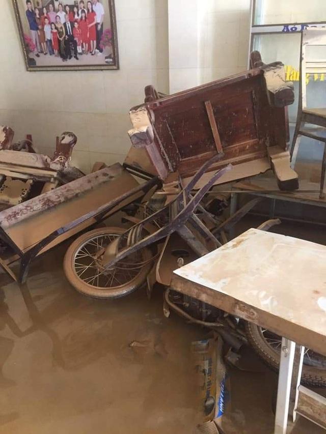 Khung cảnh nhà cửa tan hoang sau trận đại hồng thuỷ ở Quảng Bình: Tài sản bị ngâm nước nhầy nhụa bùn đất, thóc mọc mầm, vật nuôi chết hàng loạt - Ảnh 1.