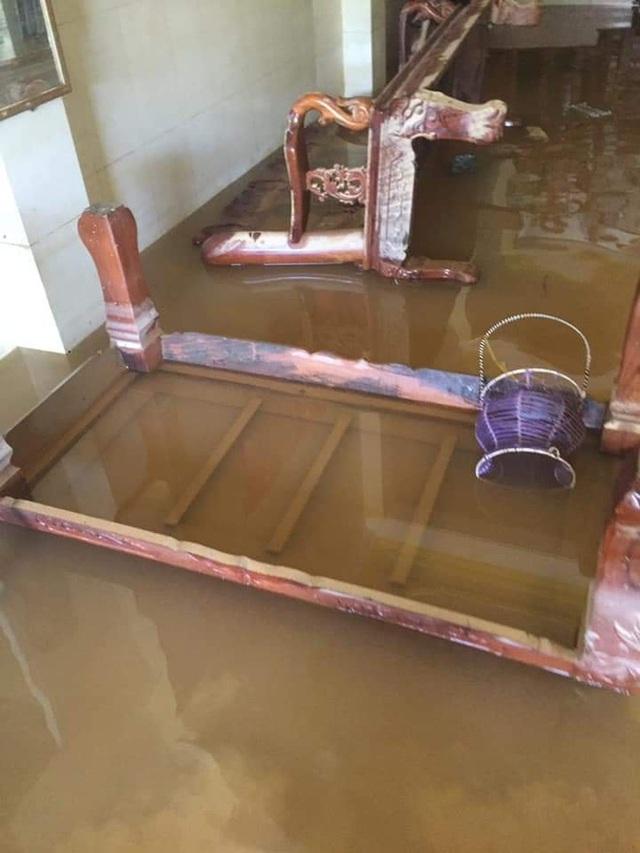 Khung cảnh nhà cửa tan hoang sau trận đại hồng thuỷ ở Quảng Bình: Tài sản bị ngâm nước nhầy nhụa bùn đất, thóc mọc mầm, vật nuôi chết hàng loạt - Ảnh 2.