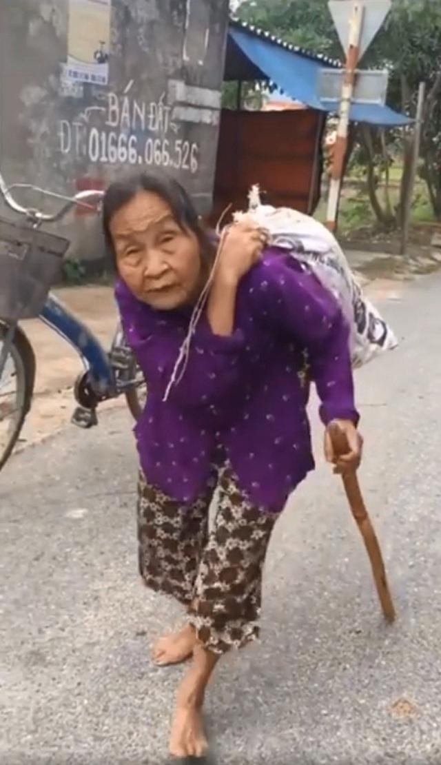 Gặp cụ bà lưng còng cõng bao quần áo, mì tôm ủng hộ người dân miền Trung: Hơn 200.000 đồng/tháng tôi vẫn đủ ăn tiêu xả láng, của ít lòng nhiều, giúp được phần nào đỡ phần đó - Ảnh 1.