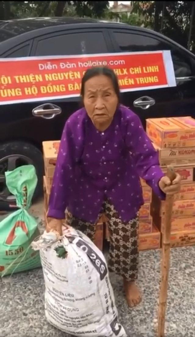 Gặp cụ bà lưng còng cõng bao quần áo, mì tôm ủng hộ người dân miền Trung: Hơn 200.000 đồng/tháng tôi vẫn đủ ăn tiêu xả láng, của ít lòng nhiều, giúp được phần nào đỡ phần đó - Ảnh 2.