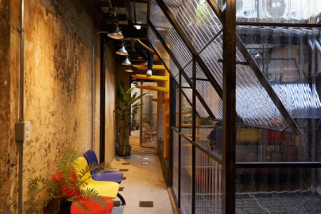 Bảng màu cuộc sống đường phố cổ điển trong ngôi nhà ở phố Wall Sài Gòn - Ảnh 2.