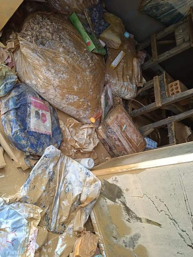 Khung cảnh nhà cửa tan hoang sau trận đại hồng thuỷ ở Quảng Bình: Tài sản bị ngâm nước nhầy nhụa bùn đất, thóc mọc mầm, vật nuôi chết hàng loạt - Ảnh 12.