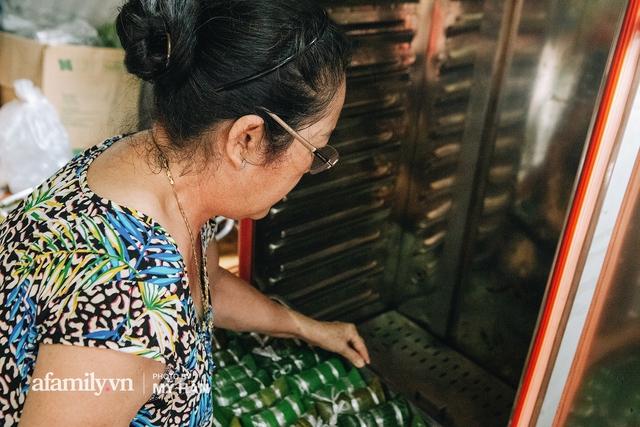 Người miền Tây tập hợp nhau tự sáng tạo loại bánh mới dễ bảo quản, có thể tích trữ được nhiều ngày để gửi về miền Trung, mới 12 tiếng đã thần tốc gói 5.000 chiếc! - Ảnh 15.