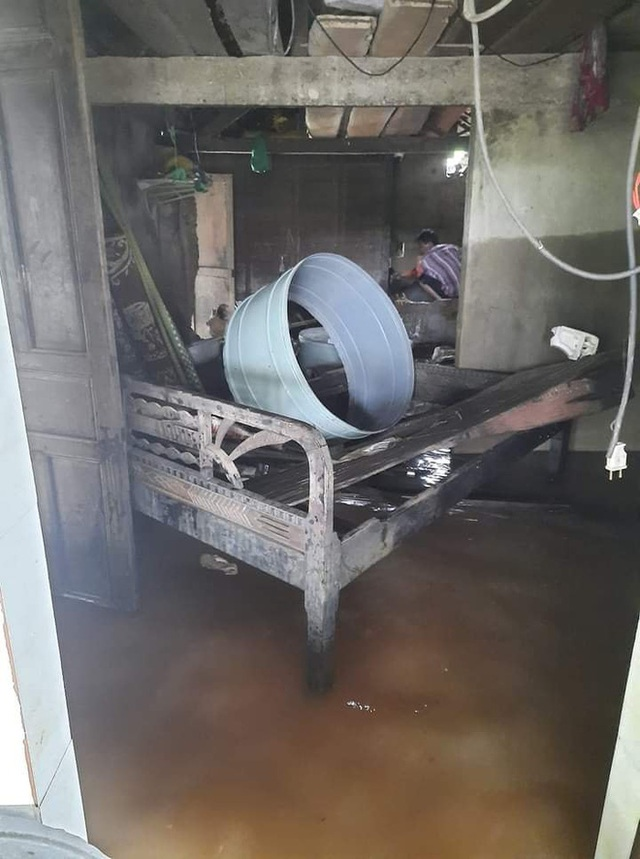 Khung cảnh nhà cửa tan hoang sau trận đại hồng thuỷ ở Quảng Bình: Tài sản bị ngâm nước nhầy nhụa bùn đất, thóc mọc mầm, vật nuôi chết hàng loạt - Ảnh 18.