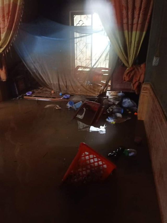 Khung cảnh nhà cửa tan hoang sau trận đại hồng thuỷ ở Quảng Bình: Tài sản bị ngâm nước nhầy nhụa bùn đất, thóc mọc mầm, vật nuôi chết hàng loạt - Ảnh 19.