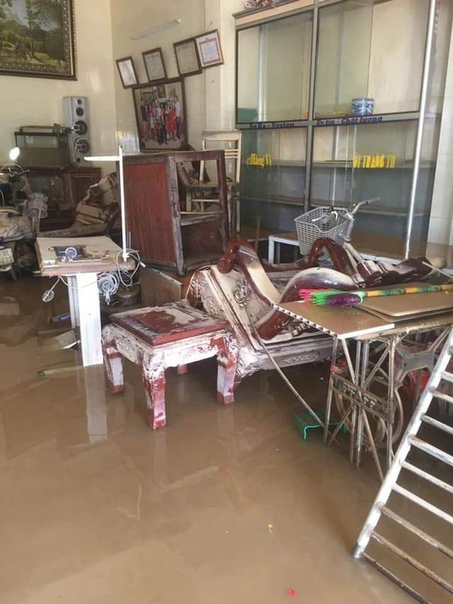 Khung cảnh nhà cửa tan hoang sau trận đại hồng thuỷ ở Quảng Bình: Tài sản bị ngâm nước nhầy nhụa bùn đất, thóc mọc mầm, vật nuôi chết hàng loạt - Ảnh 3.