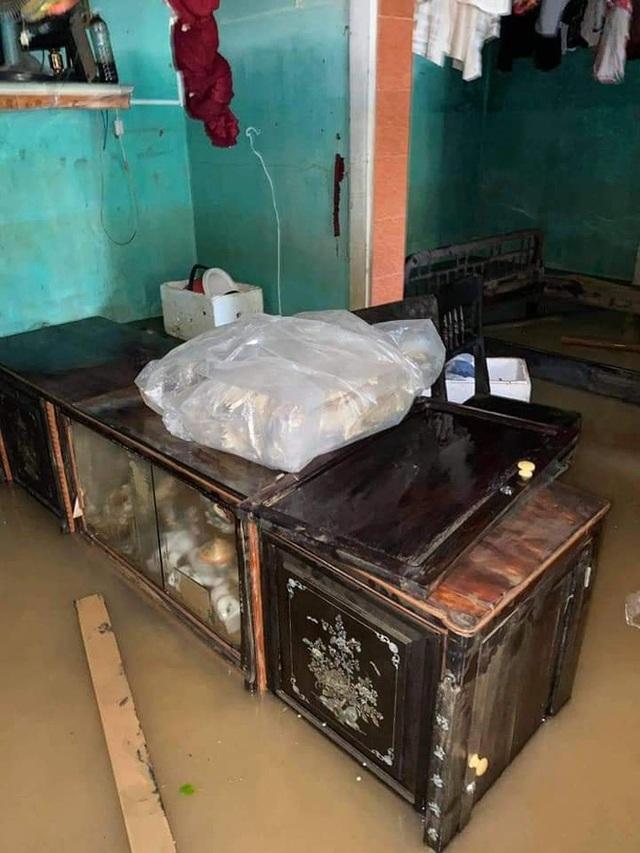 Khung cảnh nhà cửa tan hoang sau trận đại hồng thuỷ ở Quảng Bình: Tài sản bị ngâm nước nhầy nhụa bùn đất, thóc mọc mầm, vật nuôi chết hàng loạt - Ảnh 23.
