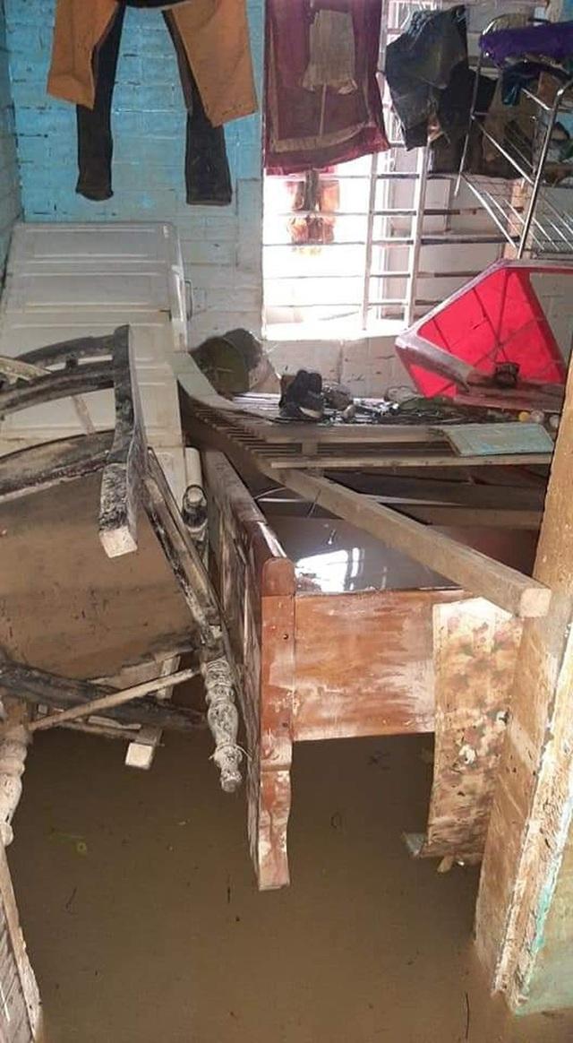 Khung cảnh nhà cửa tan hoang sau trận đại hồng thuỷ ở Quảng Bình: Tài sản bị ngâm nước nhầy nhụa bùn đất, thóc mọc mầm, vật nuôi chết hàng loạt - Ảnh 4.