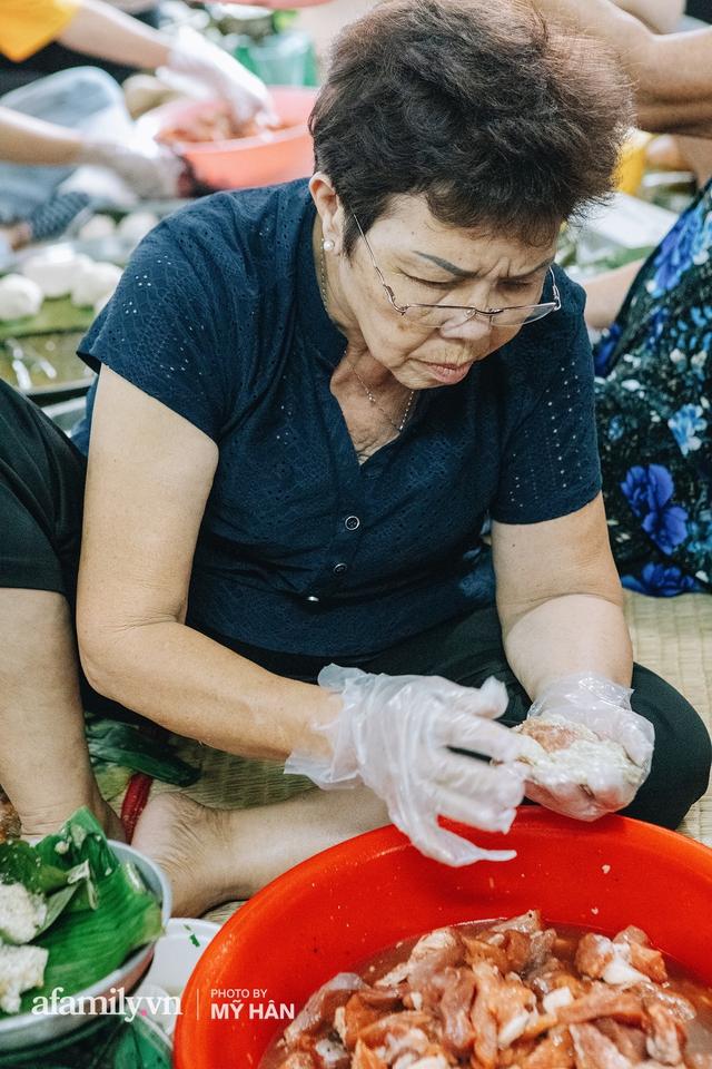 Người miền Tây tập hợp nhau tự sáng tạo loại bánh mới dễ bảo quản, có thể tích trữ được nhiều ngày để gửi về miền Trung, mới 12 tiếng đã thần tốc gói 5.000 chiếc! - Ảnh 4.