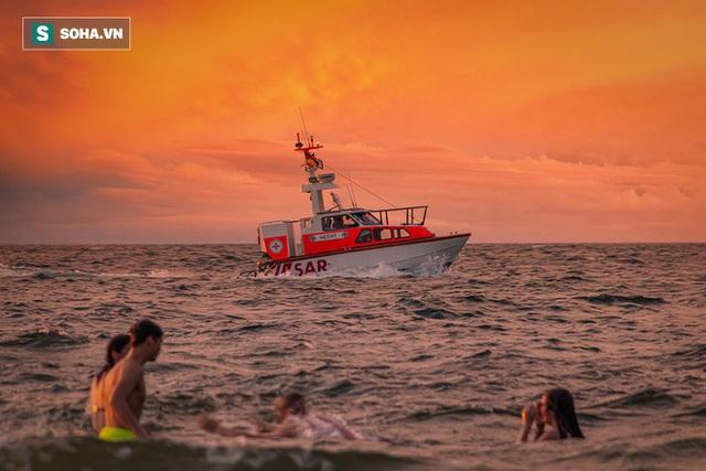 Tàu chở khách đột ngột bị đâm chìm giữa biển đêm, thuyền trưởng đứng trên boong làm 1 việc, những người còn lại cả đời không thể quên - Ảnh 3.