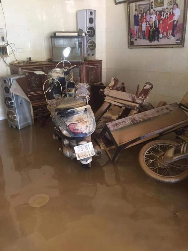 Khung cảnh nhà cửa tan hoang sau trận đại hồng thuỷ ở Quảng Bình: Tài sản bị ngâm nước nhầy nhụa bùn đất, thóc mọc mầm, vật nuôi chết hàng loạt - Ảnh 7.