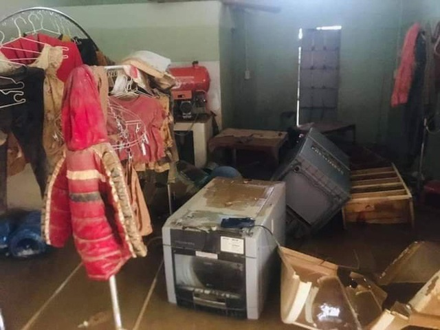 Khung cảnh nhà cửa tan hoang sau trận đại hồng thuỷ ở Quảng Bình: Tài sản bị ngâm nước nhầy nhụa bùn đất, thóc mọc mầm, vật nuôi chết hàng loạt - Ảnh 8.