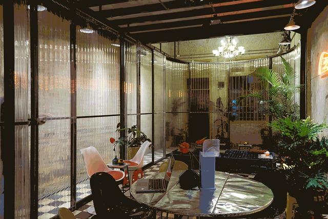 Bảng màu cuộc sống đường phố cổ điển trong ngôi nhà ở phố Wall Sài Gòn - Ảnh 6.