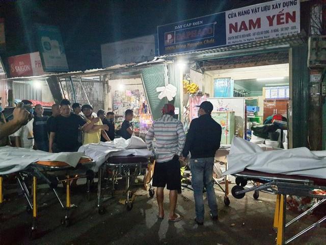 Ôtô tải nổ lốp, mất lái tông vào 4 nhà dân làm 2 người chết, 4 bị thương - Ảnh 1.