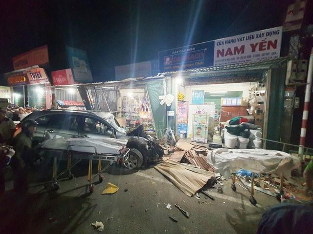 Ôtô tải nổ lốp, mất lái tông vào 4 nhà dân làm 2 người chết, 4 bị thương - Ảnh 2.