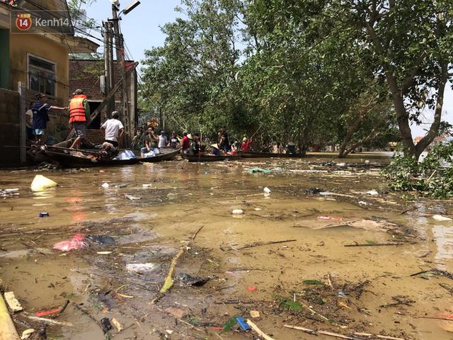 Ảnh: Người dân Quảng Bình bì bõm bơi trong biển rác sau trận lũ lịch sử, nguy cơ lây nhiễm bệnh tật - Ảnh 11.