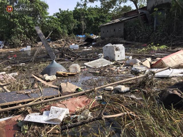 Ảnh: Người dân Quảng Bình bì bõm bơi trong biển rác sau trận lũ lịch sử, nguy cơ lây nhiễm bệnh tật - Ảnh 18.