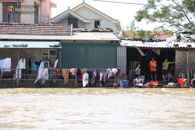 Ảnh: Người dân Quảng Bình bì bõm bơi trong biển rác sau trận lũ lịch sử, nguy cơ lây nhiễm bệnh tật - Ảnh 3.
