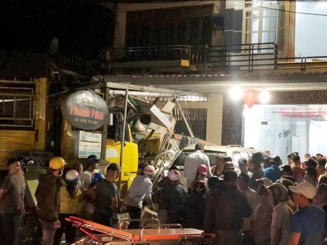 Ôtô tải nổ lốp, mất lái tông vào 4 nhà dân làm 2 người chết, 4 bị thương - Ảnh 4.