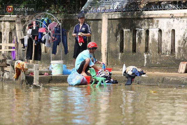Ảnh: Người dân Quảng Bình bì bõm bơi trong biển rác sau trận lũ lịch sử, nguy cơ lây nhiễm bệnh tật - Ảnh 5.