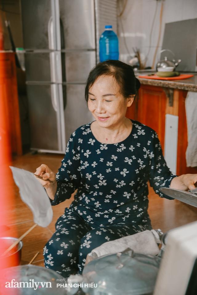 Bánh cuốn cà cuống: Món ăn tưởng đã thất truyền, nào ngờ vẫn được người phụ nữ 30 năm bán trên phố Nguyễn Khuyến gìn giữ, ai ăn thử một lần nghiện đến khó quên - Ảnh 6.