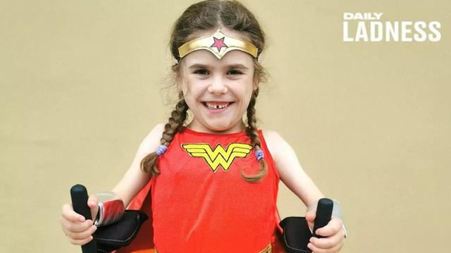 Bé gái 6 tuổi bị bệnh không thể đi bộ quá 5 phút nhưng lại làm nên điều không tưởng ở giải chạy marathon và được coi là nữ thần chiến binh thực thụ - Ảnh 1.