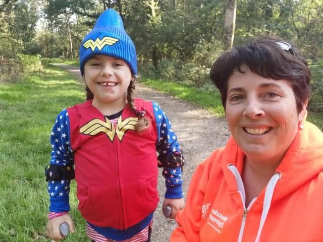 Bé gái 6 tuổi bị bệnh không thể đi bộ quá 5 phút nhưng lại làm nên điều không tưởng ở giải chạy marathon và được coi là nữ thần chiến binh thực thụ - Ảnh 2.