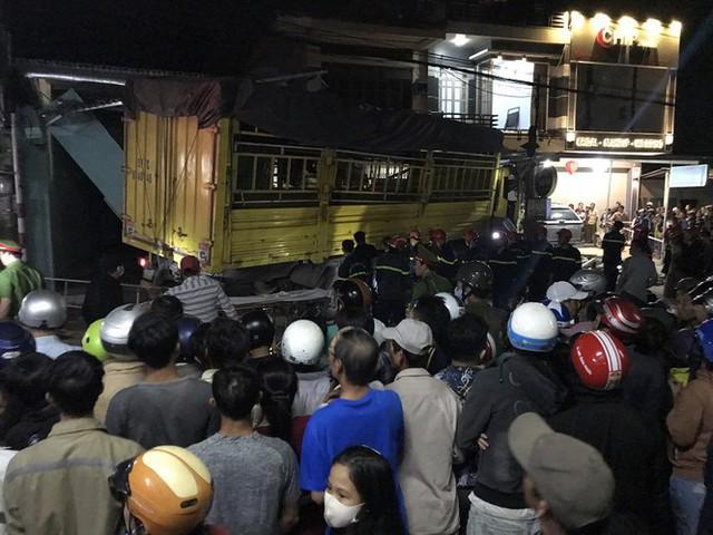 Hiện trường vụ xe điên tông vào nhà dân ở Quảng Ngãi, làm nhiều người chết - Ảnh 1.