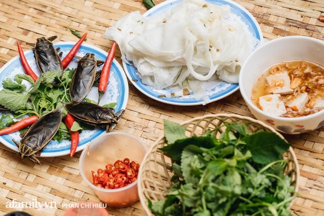 Bánh cuốn cà cuống: Món ăn tưởng đã thất truyền, nào ngờ vẫn được người phụ nữ 30 năm bán trên phố Nguyễn Khuyến gìn giữ, ai ăn thử một lần nghiện đến khó quên - Ảnh 1.