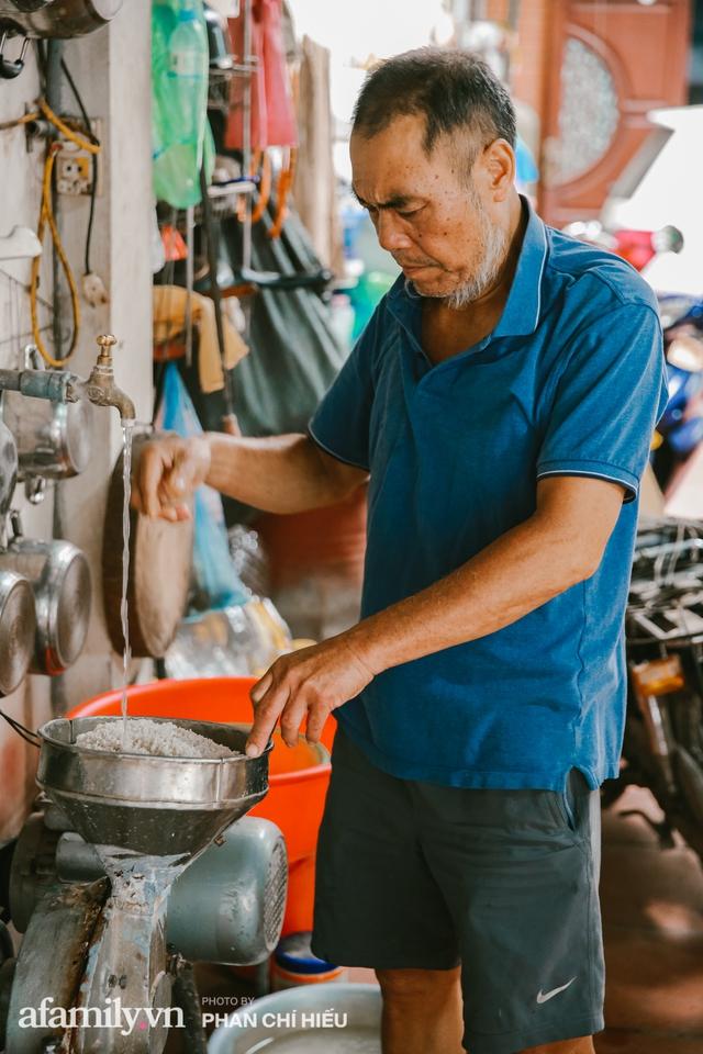 Bánh cuốn cà cuống: Món ăn tưởng đã thất truyền, nào ngờ vẫn được người phụ nữ 30 năm bán trên phố Nguyễn Khuyến gìn giữ, ai ăn thử một lần nghiện đến khó quên - Ảnh 2.