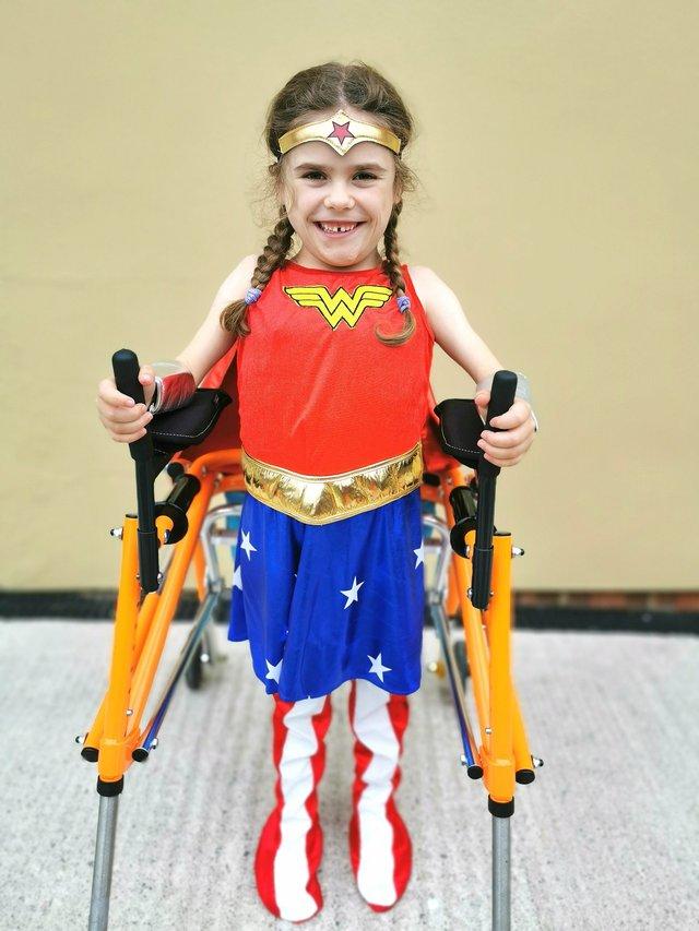 Bé gái 6 tuổi bị bệnh không thể đi bộ quá 5 phút nhưng lại làm nên điều không tưởng ở giải chạy marathon và được coi là nữ thần chiến binh thực thụ - Ảnh 4.