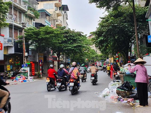 Dân chặn xe vào Nam Sơn, rác lại bao vây đường phố Hà Nội - Ảnh 1.
